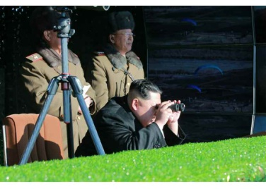 161211-rs-kim-jong-un-marschall-kim-jong-un-leitete-eine-gefechtsuebung-der-angehoerigen-des-der-525-truppe-direkt-unterstellten-spezialoperationsbataillons-der-kva-01-%ea%b2%bd%ec%95%a0