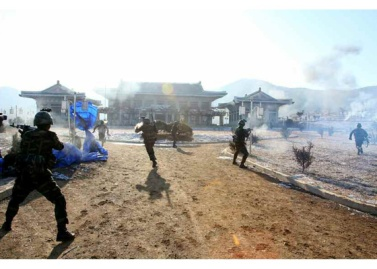 161211-rs-kim-jong-un-marschall-kim-jong-un-leitete-eine-gefechtsuebung-der-angehoerigen-des-der-525-truppe-direkt-unterstellten-spezialoperationsbataillons-der-kva-02-%ea%b2%bd%ec%95%a0