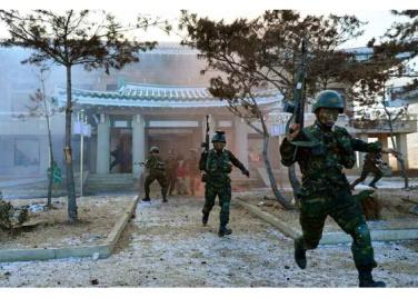 161211-rs-kim-jong-un-marschall-kim-jong-un-leitete-eine-gefechtsuebung-der-angehoerigen-des-der-525-truppe-direkt-unterstellten-spezialoperationsbataillons-der-kva-03-%ea%b2%bd%ec%95%a0
