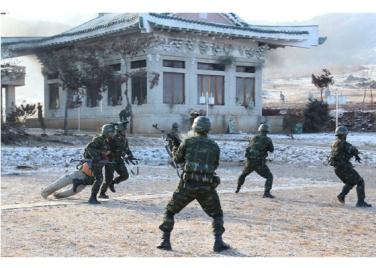161211-rs-kim-jong-un-marschall-kim-jong-un-leitete-eine-gefechtsuebung-der-angehoerigen-des-der-525-truppe-direkt-unterstellten-spezialoperationsbataillons-der-kva-04-%ea%b2%bd%ec%95%a0