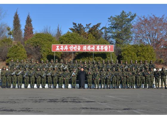161211-rs-kim-jong-un-marschall-kim-jong-un-leitete-eine-gefechtsuebung-der-angehoerigen-des-der-525-truppe-direkt-unterstellten-spezialoperationsbataillons-der-kva-09-%ea%b2%bd%ec%95%a0