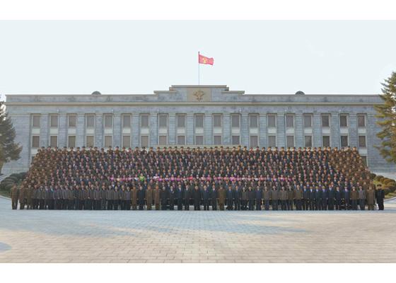 170101-rs-kim-jong-un-marschall-kim-jong-un-liess-sich-mit-den-teilnehmern-am-4-treffen-der-bestarbeiter-des-fischereiwesens-in-der-kva-zum-andenken-fotografieren-%ea%b2%bd%ec%95%a0%ed%95%98