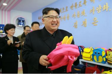 170105-%ec%a1%b0%ec%84%a0%ec%9d%98-%ec%98%a4%eb%8a%98-kim-jong-un-genosse-kim-jong-un-besichtigte-die-taschenfabrik-pyongyang-02-%ea%b2%bd%ec%95%a0%ed%95%98%eb%8a%94-%ec%b5%9c%ea%b3%a0