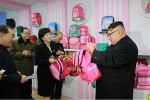170105-%ec%a1%b0%ec%84%a0%ec%9d%98-%ec%98%a4%eb%8a%98-kim-jong-un-genosse-kim-jong-un-besichtigte-die-taschenfabrik-pyongyang-04-%ea%b2%bd%ec%95%a0%ed%95%98%eb%8a%94-%ec%b5%9c%ea%b3%a0