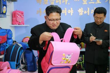 170105-%ec%a1%b0%ec%84%a0%ec%9d%98-%ec%98%a4%eb%8a%98-kim-jong-un-genosse-kim-jong-un-besichtigte-die-taschenfabrik-pyongyang-05-%ea%b2%bd%ec%95%a0%ed%95%98%eb%8a%94-%ec%b5%9c%ea%b3%a0