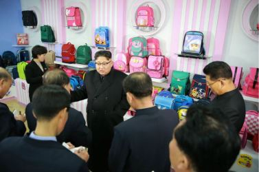 170105-%ec%a1%b0%ec%84%a0%ec%9d%98-%ec%98%a4%eb%8a%98-kim-jong-un-genosse-kim-jong-un-besichtigte-die-taschenfabrik-pyongyang-06-%ea%b2%bd%ec%95%a0%ed%95%98%eb%8a%94-%ec%b5%9c%ea%b3%a0