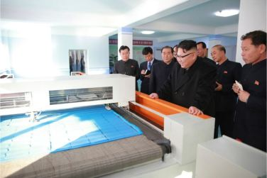 170105-%ec%a1%b0%ec%84%a0%ec%9d%98-%ec%98%a4%eb%8a%98-kim-jong-un-genosse-kim-jong-un-besichtigte-die-taschenfabrik-pyongyang-07-%ea%b2%bd%ec%95%a0%ed%95%98%eb%8a%94-%ec%b5%9c%ea%b3%a0