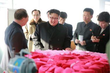 170105-%ec%a1%b0%ec%84%a0%ec%9d%98-%ec%98%a4%eb%8a%98-kim-jong-un-genosse-kim-jong-un-besichtigte-die-taschenfabrik-pyongyang-08-%ea%b2%bd%ec%95%a0%ed%95%98%eb%8a%94-%ec%b5%9c%ea%b3%a0