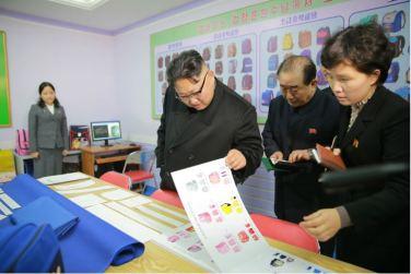 170105-%ec%a1%b0%ec%84%a0%ec%9d%98-%ec%98%a4%eb%8a%98-kim-jong-un-genosse-kim-jong-un-besichtigte-die-taschenfabrik-pyongyang-10-%ea%b2%bd%ec%95%a0%ed%95%98%eb%8a%94-%ec%b5%9c%ea%b3%a0