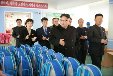 170105-%ec%a1%b0%ec%84%a0%ec%9d%98-%ec%98%a4%eb%8a%98-kim-jong-un-genosse-kim-jong-un-besichtigte-die-taschenfabrik-pyongyang-12-%ea%b2%bd%ec%95%a0%ed%95%98%eb%8a%94-%ec%b5%9c%ea%b3%a0