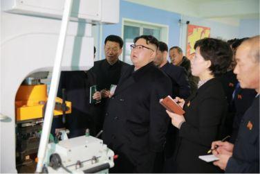 170105-%ec%a1%b0%ec%84%a0%ec%9d%98-%ec%98%a4%eb%8a%98-kim-jong-un-genosse-kim-jong-un-besichtigte-die-taschenfabrik-pyongyang-13-%ea%b2%bd%ec%95%a0%ed%95%98%eb%8a%94-%ec%b5%9c%ea%b3%a0