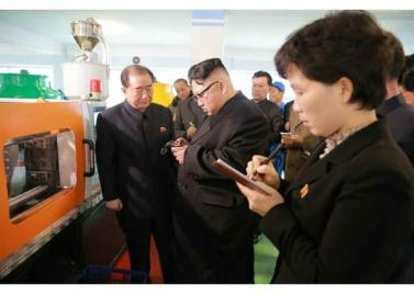170105-rs-kim-jong-un-genosse-kim-jong-un-besichtigte-die-taschenfabrik-pyongyang-10-%ea%b2%bd%ec%95%a0%ed%95%98%eb%8a%94-%ec%b5%9c%ea%b3%a0%eb%a0%b9%eb%8f%84%ec%9e%90-%ea%b9%80%ec%a0%95