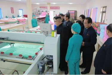 170108-%ec%a1%b0%ec%84%a0%ec%9d%98-%ec%98%a4%eb%8a%98-genosse-kim-jong-un-besichtigte-produktionsprozess-fuer-decken-und-arbeiterwohnheim-der-pyongyanger-seidenspinnerei-kim-jong-suk-04