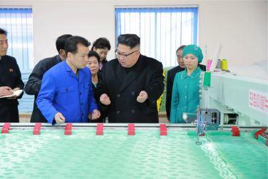 170108-%ec%a1%b0%ec%84%a0%ec%9d%98-%ec%98%a4%eb%8a%98-genosse-kim-jong-un-besichtigte-produktionsprozess-fuer-decken-und-arbeiterwohnheim-der-pyongyanger-seidenspinnerei-kim-jong-suk-05