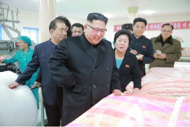 170108-%ec%a1%b0%ec%84%a0%ec%9d%98-%ec%98%a4%eb%8a%98-genosse-kim-jong-un-besichtigte-produktionsprozess-fuer-decken-und-arbeiterwohnheim-der-pyongyanger-seidenspinnerei-kim-jong-suk-08