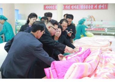170108-rs-genosse-kim-jong-un-besichtigte-produktionsprozess-fuer-decken-und-arbeiterwohnheim-der-pyongyanger-seidenspinnerei-kim-jong-suk-02-%ea%b2%bd%ec%95%a0%ed%95%98%eb%8a%94-%ec%b5%9c
