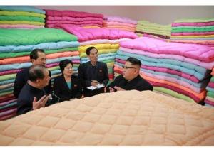 170108-rs-genosse-kim-jong-un-besichtigte-produktionsprozess-fuer-decken-und-arbeiterwohnheim-der-pyongyanger-seidenspinnerei-kim-jong-suk-03-%ea%b2%bd%ec%95%a0%ed%95%98%eb%8a%94-%ec%b5%9c