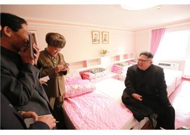 170108-rs-genosse-kim-jong-un-besichtigte-produktionsprozess-fuer-decken-und-arbeiterwohnheim-der-pyongyanger-seidenspinnerei-kim-jong-suk-12-%ea%b2%bd%ec%95%a0%ed%95%98%eb%8a%94-%ec%b5%9c
