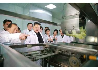 170112-%ec%a1%b0%ec%84%a0%ec%9d%98-%ec%98%a4%eb%8a%98-rs-genosse-kim-jong-un-besichtigte-die-kimchi-fabrik-ryugyong-01-%ea%b2%bd%ec%95%a0%ed%95%98%eb%8a%94-%ec%b5%9c%ea%b3%a0%eb%a0%b9