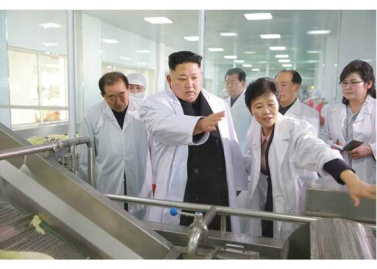 170112-%ec%a1%b0%ec%84%a0%ec%9d%98-%ec%98%a4%eb%8a%98-rs-genosse-kim-jong-un-besichtigte-die-kimchi-fabrik-ryugyong-02-%ea%b2%bd%ec%95%a0%ed%95%98%eb%8a%94-%ec%b5%9c%ea%b3%a0%eb%a0%b9