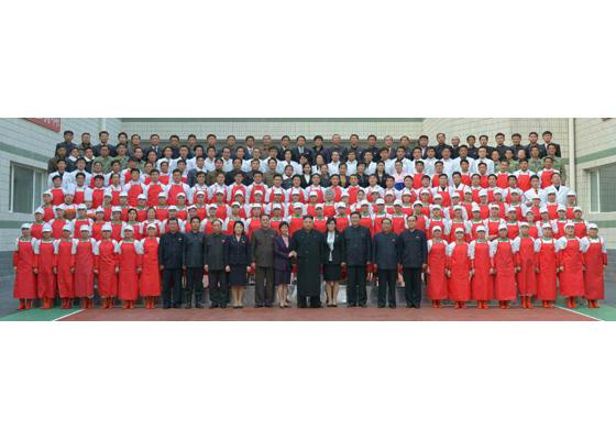 170112-%ec%a1%b0%ec%84%a0%ec%9d%98-%ec%98%a4%eb%8a%98-rs-genosse-kim-jong-un-besichtigte-die-kimchi-fabrik-ryugyong-10-%ea%b2%bd%ec%95%a0%ed%95%98%eb%8a%94-%ec%b5%9c%ea%b3%a0%eb%a0%b9