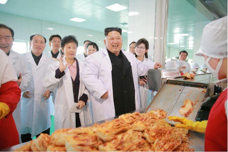 170112-%ec%a1%b0%ec%84%a0%ec%9d%98-%ec%98%a4%eb%8a%98-kim-jong-un-genosse-kim-jong-un-besichtigte-die-kimchi-fabrik-ryugyong-01-%ea%b2%bd%ec%95%a0%ed%95%98%eb%8a%94-%ec%b5%9c%ea%b3%a0