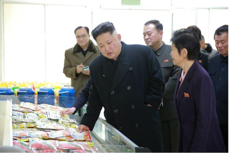 170112-%ec%a1%b0%ec%84%a0%ec%9d%98-%ec%98%a4%eb%8a%98-kim-jong-un-genosse-kim-jong-un-besichtigte-die-kimchi-fabrik-ryugyong-08-%ea%b2%bd%ec%95%a0%ed%95%98%eb%8a%94-%ec%b5%9c%ea%b3%a0