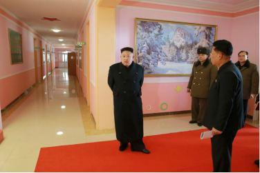 170202-%ec%a1%b0%ec%84%a0%ec%9d%98-%ec%98%a4%eb%8a%98-kim-jong-un-genosse-kim-jong-un-besichtigte-die-neu-errichtete-waisengrundschule-pyongyang-02-%ea%b2%bd%ec%95%a0%ed%95%98%eb%8a%94