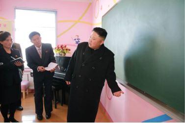 170202-%ec%a1%b0%ec%84%a0%ec%9d%98-%ec%98%a4%eb%8a%98-kim-jong-un-genosse-kim-jong-un-besichtigte-die-neu-errichtete-waisengrundschule-pyongyang-03-%ea%b2%bd%ec%95%a0%ed%95%98%eb%8a%94