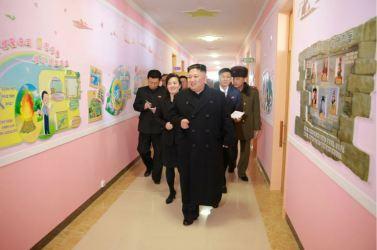 170202-%ec%a1%b0%ec%84%a0%ec%9d%98-%ec%98%a4%eb%8a%98-kim-jong-un-genosse-kim-jong-un-besichtigte-die-neu-errichtete-waisengrundschule-pyongyang-04-%ea%b2%bd%ec%95%a0%ed%95%98%eb%8a%94