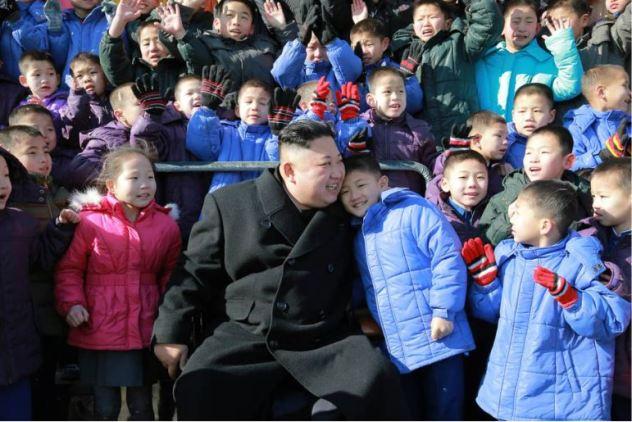 170202-%ec%a1%b0%ec%84%a0%ec%9d%98-%ec%98%a4%eb%8a%98-kim-jong-un-genosse-kim-jong-un-besichtigte-die-neu-errichtete-waisengrundschule-pyongyang-14-%ea%b2%bd%ec%95%a0%ed%95%98%eb%8a%94